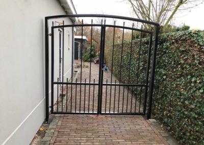 Stalen poort met boog