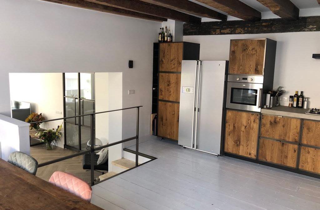 Stalen deuren met bijpassend keukenframe en hekje