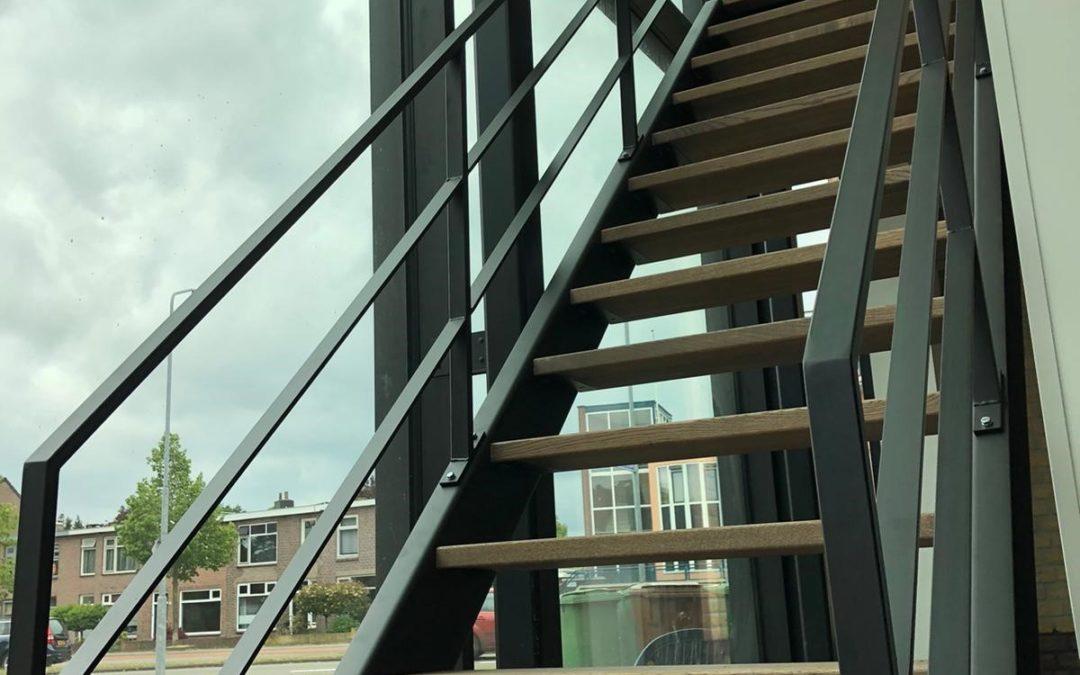 Stalen trappenhek met houten treden